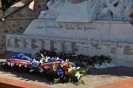 Les bougies sont allumées sur le monument