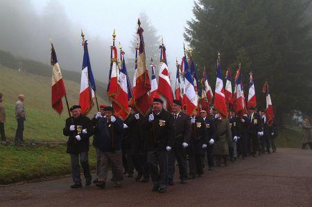 Les anciens défilent au camp du Struthof